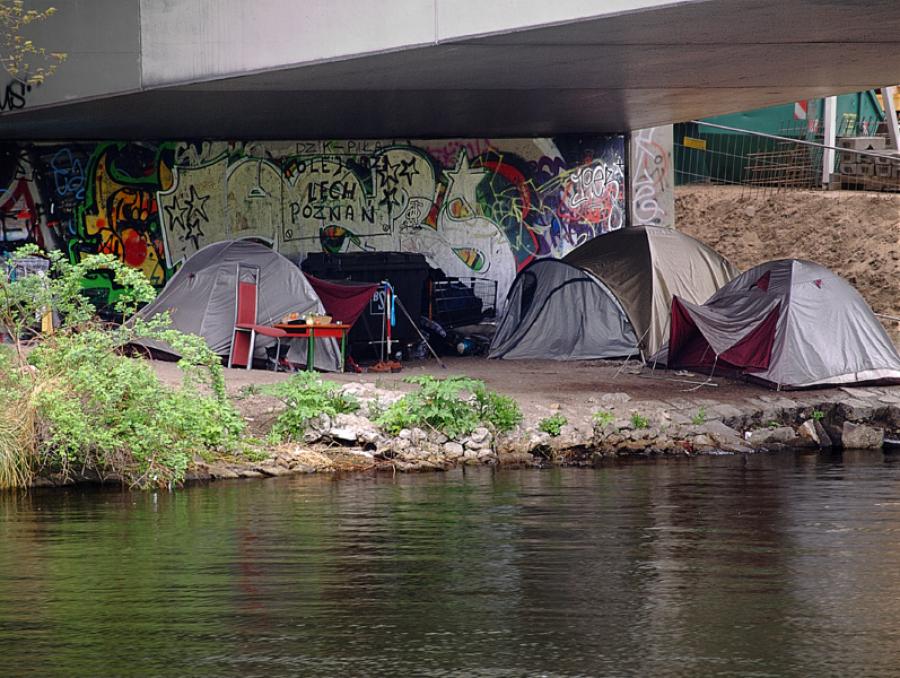 Østeuropæiske migrantarbejderes indkvartering under bro i Berlin.