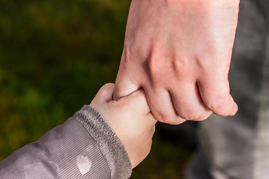 Hænder der holder hinanden