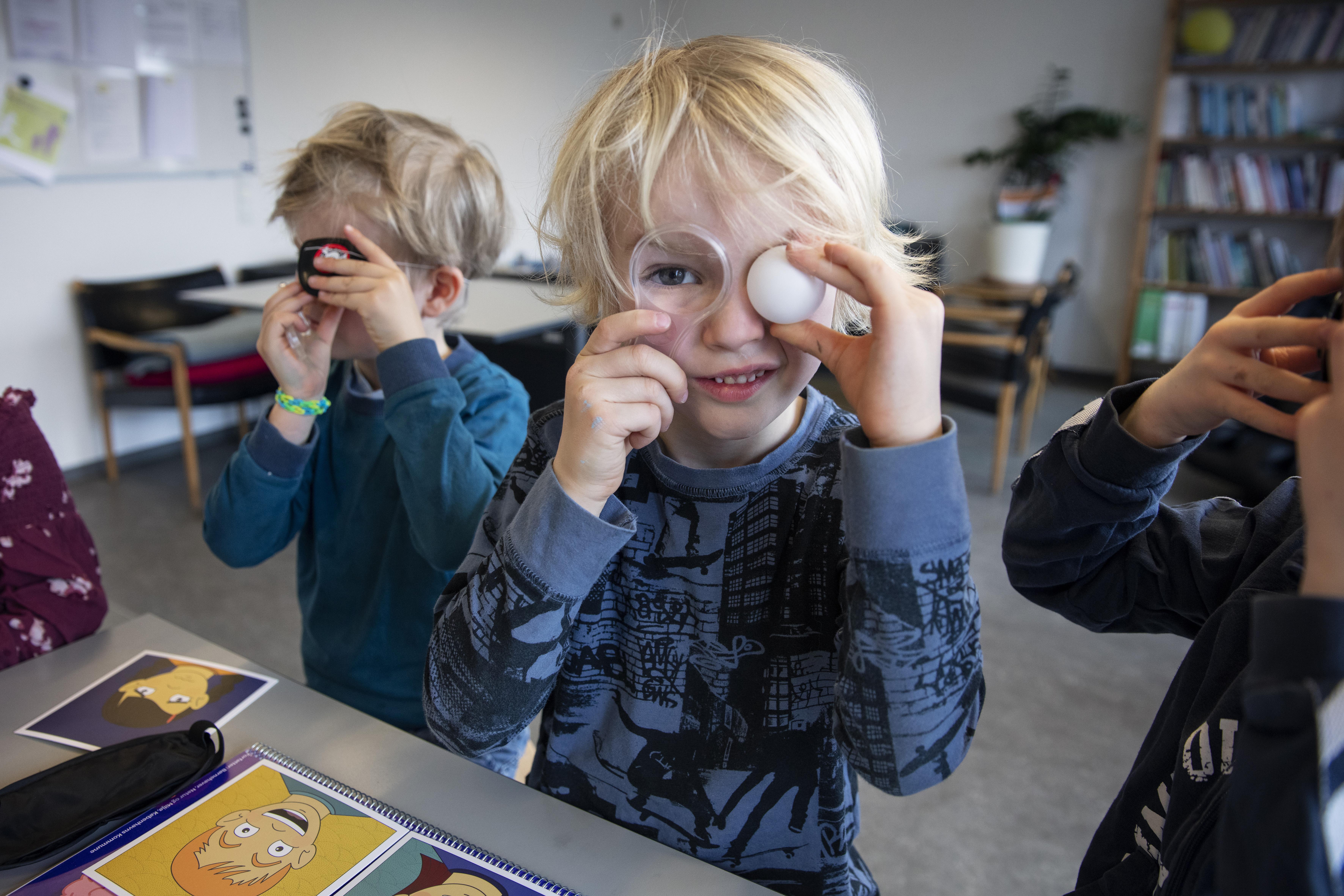 Børn leger med hjernekuffert 3